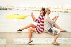Reisende verbinden im Desinteressemoment mit Handys Stockfotografie