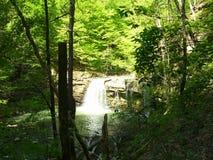 Reisende wandernde wayfaring Vision des Wasserfalls lizenzfreies stockfoto