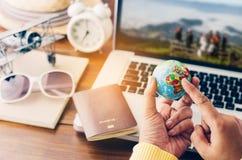 Reisende zeigen auf Welt planen eine Reise stockbild