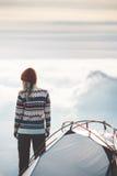 Reisender auf dem Gebirgsgipfel- und -zeltkampieren stockfoto