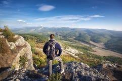 Reisender auf Spitze des Berges Stockfotos