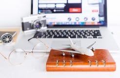 Reisender benutzt Computer, um seinen Flug zu buchen lizenzfreie stockfotografie