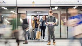 Reisender betrachtet eine touristische Karte auf Station der U-Bahn MTR in Hong Kong lizenzfreies stockbild