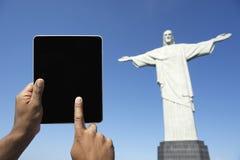 Reisender brasilianischer Tourist, der Tablet Corcovado Rio Brazil verwendet Lizenzfreie Stockfotos