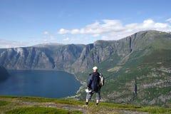 Reisender in den Bergen Stockbild