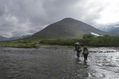 Reisender in den Hochländern mit Ausrüstung Lizenzfreies Stockfoto