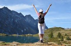 Reisender, der alpine Ansicht genießt Stockfotos