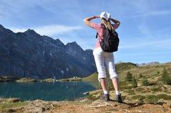 Reisender, der alpine Ansicht genießt Lizenzfreie Stockfotos