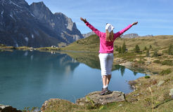 Reisender, der alpine Ansicht genießt Stockfoto