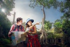Reisender, der als Nächstes kampierenden Punkt durch eine Karte findet stockfoto
