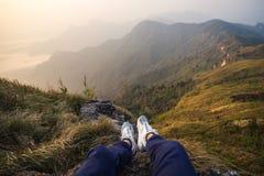 Reisender, der Ansicht der Natur sitzt und betrachtet lizenzfreie stockfotos