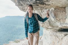 Reisender, der auf Klippe Eagle-Regal geht Lizenzfreie Stockfotos