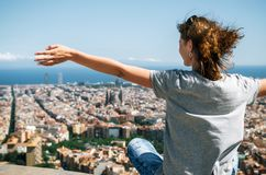 Reisender, der das Stadtbild des Berges, Barcelona, Katalonien, Spanien genießt Lizenzfreie Stockfotos