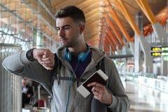 Reisender, der die Zeit am Flughafen überprüft Lizenzfreie Stockfotos