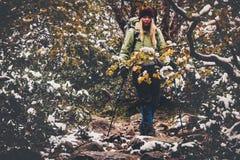 Reisender, der im Waldreise-Lebensstil wandert Stockfotos