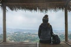 Reisender der jungen Frau, der Ansicht der Natur sitzt und schaut lizenzfreie stockfotos