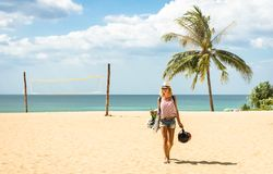 Reisender der jungen Frau, der auf den Strand in Phuket-Insel geht stockfotografie