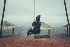 Reisender der jungen Frau, der auf hölzernem Schwingen genießt stockfotografie