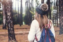 Reisender der jungen Frau, der in den Wald geht lizenzfreie stockbilder