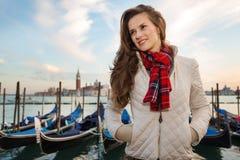 Reisender der jungen Frau, der auf Damm in Venedig, Italien steht Lizenzfreie Stockfotografie
