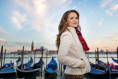 Reisender der jungen Frau, der auf Damm in Venedig, Italien steht Stockfotografie