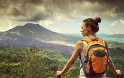Reisender der jungen Frau, der Batur-Vulkan betrachtet indonesien stockbilder