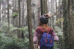 Reisender der jungen Frau im Wald lizenzfreies stockbild