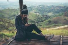 Reisender der jungen Frau, der intelligentes Telefon verwendet lizenzfreie stockbilder