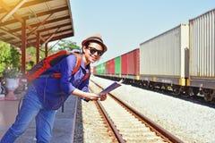 Reisender der jungen Frau mit dem Rucksack und Hut, die Karte halten Stockfoto