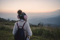 Reisender der jungen Frau, der Sonnenaufgang betrachtet stockbild
