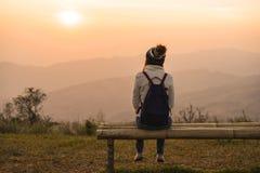 Reisender der jungen Frau, der Sonnenaufgang betrachtet lizenzfreie stockfotos