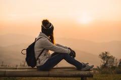 Reisender der jungen Frau, der Sonnenaufgang betrachtet lizenzfreie stockbilder