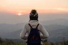 Reisender der jungen Frau, der Sonnenaufgang betrachtet stockfoto