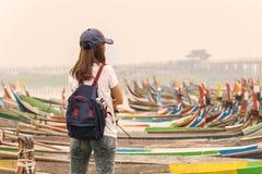 Reisender der jungen Frauen, der u-bein Brücke betrachtet lizenzfreie stockfotografie