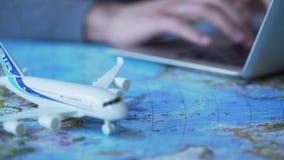 Reisender, der Laptop verwendet, um Flugticket- und Buchhotelreihe online zu kaufen, Tourismus stock video footage