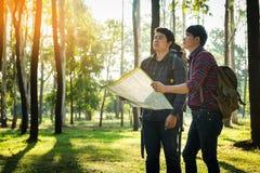 Reisender des jungen Mann-zwei mit der Rucksackgriff-Kartenentspannung im Freien Stockfotografie
