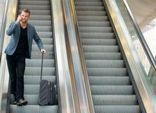 Reisender Geschäftsmann auf Rolltreppe lizenzfreie stockfotografie