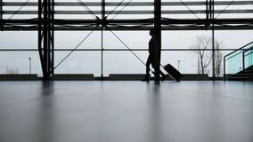 Reisender im Flughafenabfertigungsgebäude Lizenzfreies Stockfoto