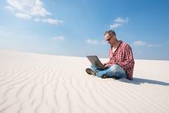Reisender ist über Arbeit, mit einem Laptop leidenschaftlich Lizenzfreie Stockfotografie