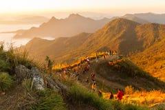 Reisender kommen Reise auf die Oberseite von Phuchifa-Berg Lizenzfreies Stockbild