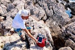 Reisender lädt die Tablette unter Verwendung einer Solarkörperverletzung auf lizenzfreies stockbild