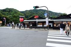 Reisender in Main Street bei Arashiyama Stockbilder