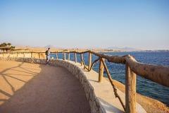 Reisender Mann mit Rucksackblicken auf Meer und Himmel lizenzfreie stockfotografie
