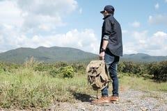 Reisender mit der Rucksackentspannung im Freien Lizenzfreie Stockfotos