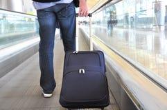 Reisender mit einem Koffer Stockfoto
