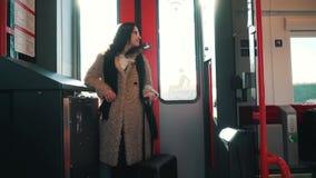 Reisender mit einem Koffer im U-Bahnauto stock video footage