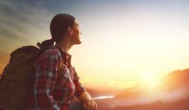 Reisender mit Rucksack lizenzfreie stockfotos