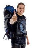 Reisender mit Rucksack und den Daumen oben stockbilder