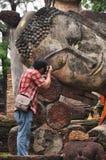 Reisender nehmen ein Foto Buddha-Bild bei KamphaengPhet Stockfotografie