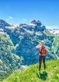 Reisender schreit gegen den Hintergrund der Bergspitzen, lizenzfreie stockfotografie
